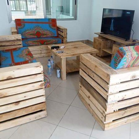 Salon 3 places avec 1table + meuble TV + coussins
