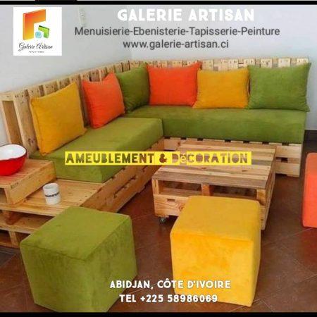 Canapé d'angle 5 places + 1 table vitrée avec 3 poufs